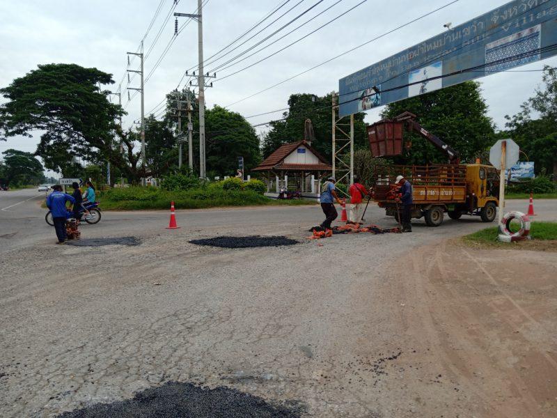 งานสวนฯ ซ่อมแซมถนนในเขตทต.บ้านเขว้า