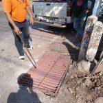 กองช่างซ่อมแซมโครงสร้างพื้นฐาน แก้ไขปัญหาฝารางระบายน้ำชำรุดในเขตทต.บ้านเขว้า